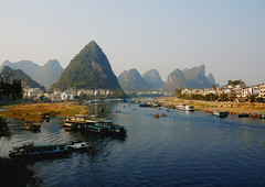 Li-River near Yangshuo -  (Frank Wuestefeld) Tags: china trip travel vacation blackandwhite bw white mountain holiday fish black beach water trekking river landscape asian fun thailand boot hongkong cycling li boat fishing fisherman asia southeastasia sdostasien wasser rice pentax guilin yangshuo urlaub chinese vietnam adventure climbing lena creativecommons series   fluss backpacker landschaft loas fischer  moonhill  k100d easternasia chinaseries frankwuestefeld