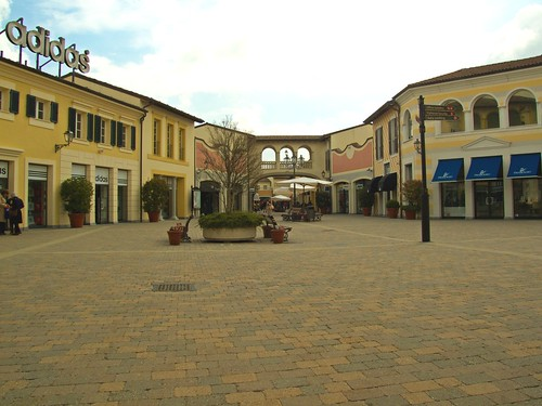 Serravalle Scrivia - shoppers Disneyland