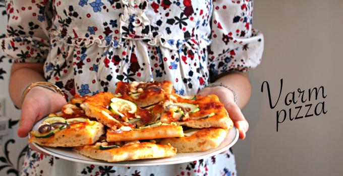 Varm pizza med zucchini och fetaost
