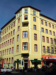 Berlin Kreuzberg Bergmannstrae (Jonny__B_Kirchhain) Tags: berlin caf kreuzberg germany deutschland haus sonne allemagne blauerhimmel kiez frhling huser berlinkreuzberg strase bergmannstrase strasencaf