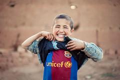 [フリー画像] 人物, 子供, 少年・男の子, 笑顔・スマイル, モロッコ人, FCバルセロナ, 201005101900