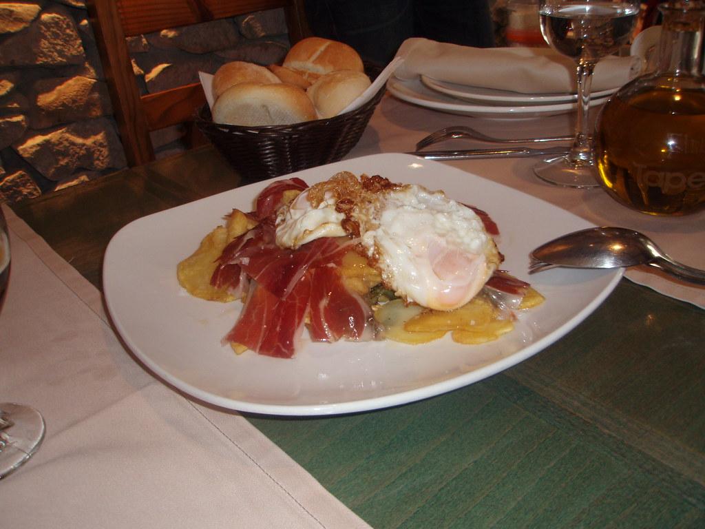 Huevos rotos con jamón y patatas de L'Arruzz