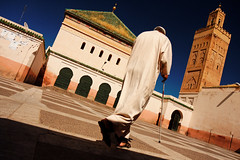 Marrakech, Mosque (Olivier Th) Tags: pictures africa blue roof light shadow red people orange sun man color colour men green grass yellow jaune canon geotagged religious rouge soleil photo colorful place photos minaret muslim islam perspective picture vivid myfav bluesky mosque vert ombre marakesh morocco lumiere maroc marocco marrakech maghreb marrakesh colourful marruecos personne couleur thao hommes homme reportage marrocos afrique religieux musulman vif cielbleu marakech priere maroco vives digitalcameraclub croyant contreplongee marraquech 40d colorphotoaward hommededos flickraward filtrepolarisant marrahesh flickraward5