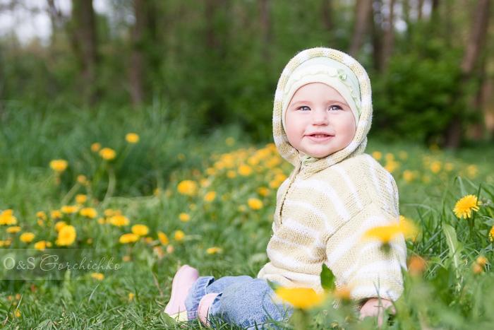 Фотосессия на природе от детского фотографа. Олюшка в одуванчиках