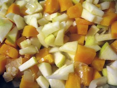 Dynia i cebule i jabłko w patelni