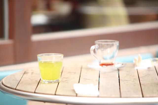 テラス席の緑茶