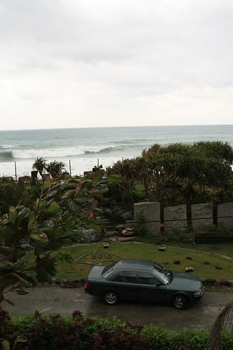 我愛房間窗外就看得到海,可惜了天氣不好
