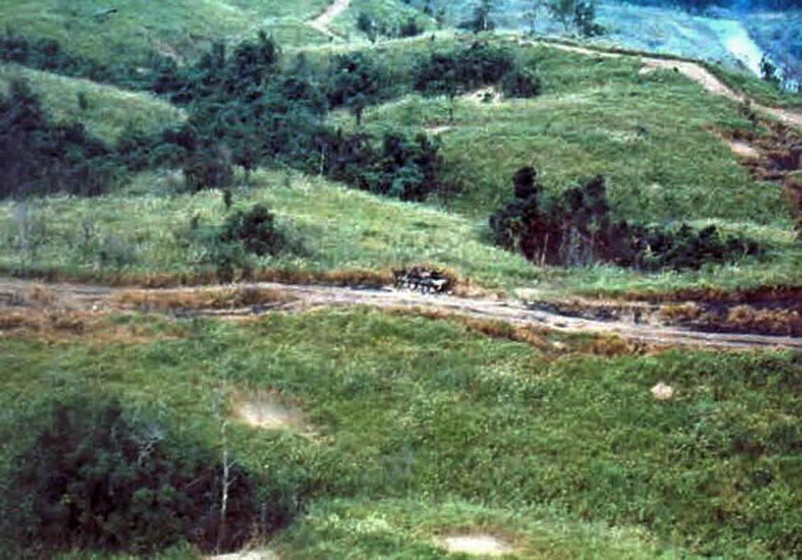 mot xe tang T-54 cua quan Bac Viet bi ban chay tren QL9