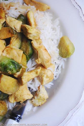 Riso con pollo al curry e cavoletti di bruxelles