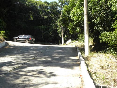 Empujando la bicicleta para subir al 'Mirante de Itaipuacu'