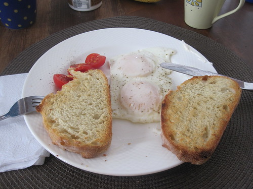 eggs, toasts, tomatoes