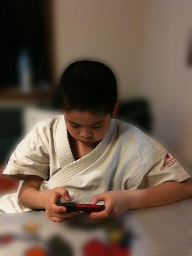 稽古から帰るなりiPhoneのゲーム三昧の息子。