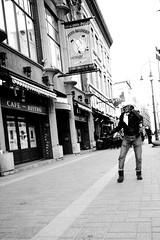 Moment de Gloire (Sous l'Oeil de Sylvie) Tags: street people blackandwhite noiretblanc rue hypocrite gens streetshot sigma1020mm troisrivires inconnus photosderue