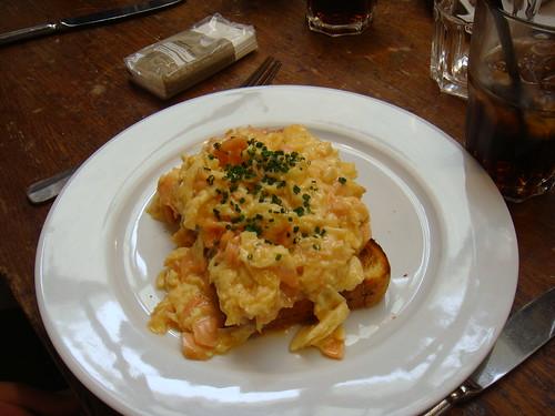 Huevos revueltos con salmón