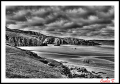 Marea baja (Carlos F1) Tags: scotland escocia united kingdom reino unido unitedkingdom reinounido highlands scottish escoces beach playa nikon d300 hdr high dynamic range cliff cliffs acantilado acantilados sand arena mar sea ocean oceano marea black white blanco negro bn bw rispond atlntico atlantic nube nubes storm tormenta cloud clouds cloudy byn scotlanda ceannabeinne lake lago loch photomatix tonemap tonemapping photoshop