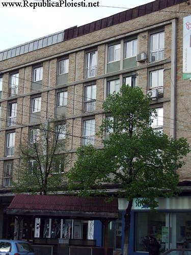 Fatada blocului comunist ridicat pe locul Palatului Bailor Municipale