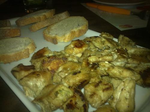 Tirinhas de frango com granola salgada e molho agridoce