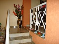 Arranjo no patamar da escada (anapetro) Tags: artesanato caixa vela decorao sabonete