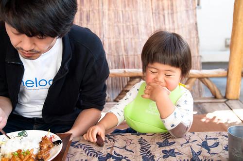せんべいを食べる息子