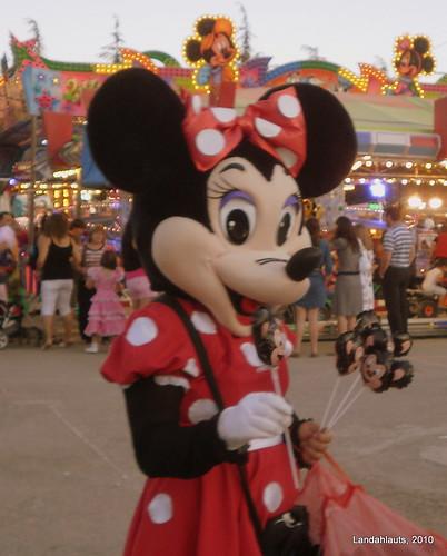 Minnie vendiendo a sus hijos