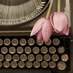 Thinking what to say (Isabel Pava) Tags: pink stilllife vintage tulips typewritter lavueltaalmundo