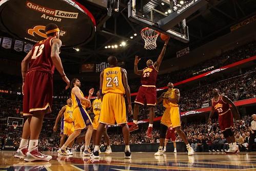 Cavaliers Lakers con un bonito uniforme retro de Cleveland