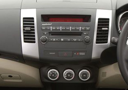 Mitsubishi Outlander Front AC Controls Interior Photo