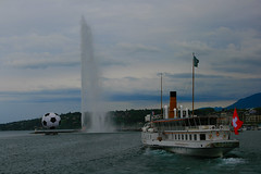 Ginevra / Geneve (AndreaPucci) Tags: lake fountain clouds ball lago boat nuvole swiss svizzera fontana ginevra battello pallone canoneos400 canonefs1855mm3556 andreapucci