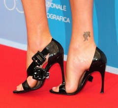 Charlize Theron feet (30) (I Love Feet & Shoes) Tags: sexy feet celebrity shoes sandal charlizetheron charlize theron sandali scarpe piedi chaussures pieds sandales schuhe sandalen sse     pie zapatillas sandalias ps    sapatos     sandlias     calcanhares     mules huf hoof casco     stockings bas strmpfe medias meias