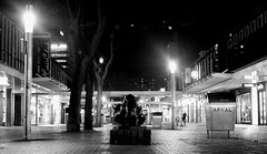 The 'Lijnbaan' @ night (Mitch.Montana) Tags: white black streets monochrome statue rotterdam nikon slow grain picasa shops nightlife zwart wit standbeeld tripodless shutterspeed korte winkels sluitertijd lijnbaan straten d40 langzame
