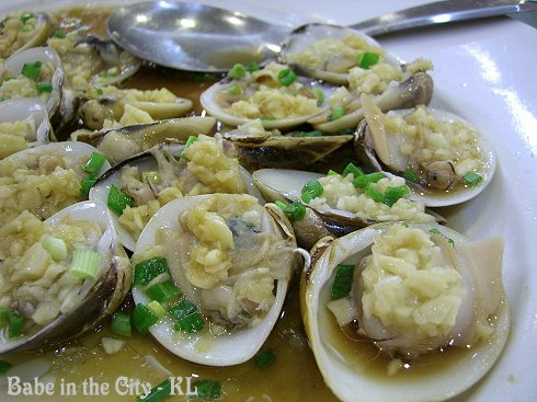 Steamed Script Venus Clams with Ginger and Garlic