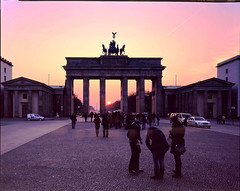 Berlin #25 prescan (Thomas Birke) Tags: sunset red sun berlin film analog germany evening kodak dusk platz large 8x10 300mm format tor brandenburger quadriga p2 sinar pariser schneiderkreuznach e100g aposymmarl
