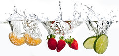 Splash Frutas (Luiz Ipolito (PC)) Tags: water frutas fruit studio photo lemon strawberry whitebackground splash mandarina ponkan limo mexerica fundobranco
