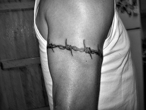 Brazalete de alambre de púas