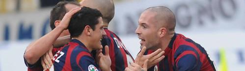 Bologna FC, Gimenez festeggiato dai compagni dopo il gol