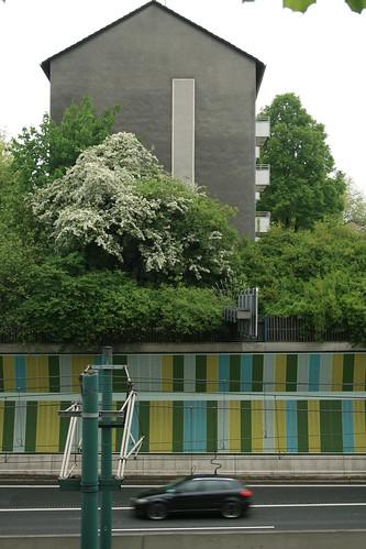 Grüner Lärmschutz, graues Haus