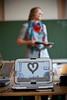 Lehrerin der Gesamtschule Am Heidberg Jennifer Orth vor der Klasse