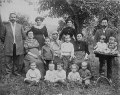 The Levitt family, 1909 (JoshBH) Tags: kids families firstgeneration pic0008 mrslevitt zevindescendants