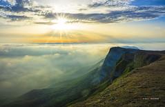 Castillos en el aire, castillos en la Tierra (Jabi Artaraz) Tags: jabiartaraz jartaraz zb euskoflickr navarra amor amanecer mañana sunset montaña montañanavarra beriain