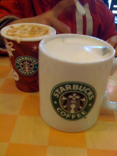 2010年新春初スタバ。フォーヒアトールほうじ茶ラテ。 まんまほうじ茶のパックを入れるのか!