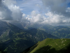 Aussicht ob der Lenk im Simmental im Kanton Bern in der Schweiz (chrchr_75) Tags: mountains alps nature landscape schweiz switzerland suisse hiking swiss natur berge bern alpen christoph svizzera landschaft berne wandern berner berna wanderung wanderweg berneroberland oberland lenk simmental adelboden suissa 0608 engstligenalp kanton chrigu kantonbern brn rotstock chrchr hurni ammertenspitz chrchr75 chriguhurni hurni060809