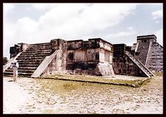 CHICHEN ITZA |  PYRAMIDE  |  YUCATAN   | MEXICO  |  1979 (J.P. Gosselin) Tags: pyramide chichenitza yucatan mexico 1979 canoneosrebelt2i canoneos7d montreal trudeau cyul ph:camera=canon canon7dmarkii canon 7dmarkii 7d markii mark ii canon7d eos7d canoneos eos rebel t2i chichen itza | maya