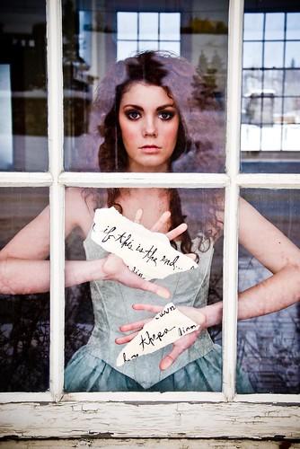 フリー写真素材, 人物, 女性, ドレス, 窓辺, アメリカ人,