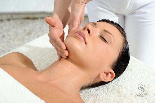 Massaggio su viso e occhi, elisir di giovinezza