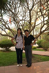 TS.Tran Manh Tien va NCS.Pham Thi Xuan Chau truoc Dai hoc Su pham  Ha noi,2/2010 by Dr.TranManhTien-HUT