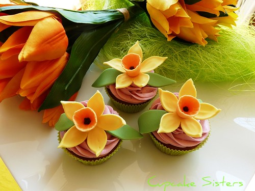 Springtime with daffodil cupcakes ...