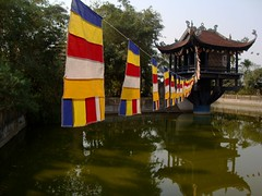 Buddhist Flags, Cha Mt Ct, Cha o Xuyn, Gia Lm, Hanoi (vnkht) Tags: temple pond sony flags vietnam hanoi buddhisttemple 2010 vitnam onepillarpagoda cha hni gialam huyn gialm chamtct dscw130 chaoxuyn atn oxuyn thnhnt daoxuyen daoxuyenpagoda gavinkwhite