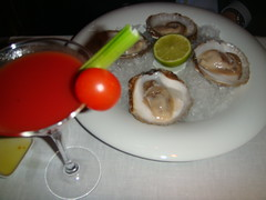 Ostras Napoleon (cuatro) servidas con Bloody Mary y caña de apio