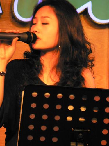 烧烤店的女歌手