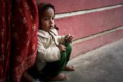 Con la mamma vicino vicino..........! (nepalbaba) Tags: nepal barefoot 2008 chisopani descalzo scalzo festadellamamma descalço piedsnus piedinudi earthasia nepalbaba baretootsies descalcinho